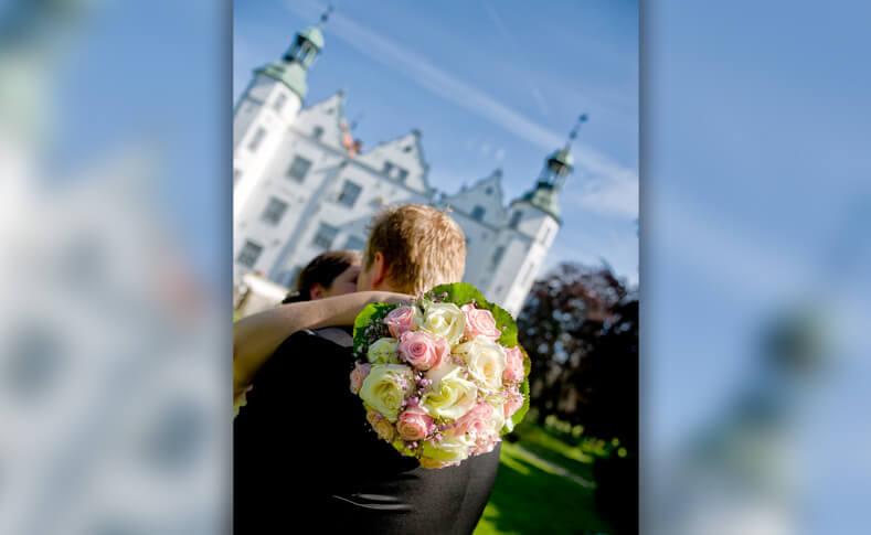 Hochzeit Ein glückliches Brautpaar Brautstrauss