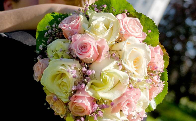 Hochzeit Ein glückliches Brautpaar Brautstrauss Nahaufnahme