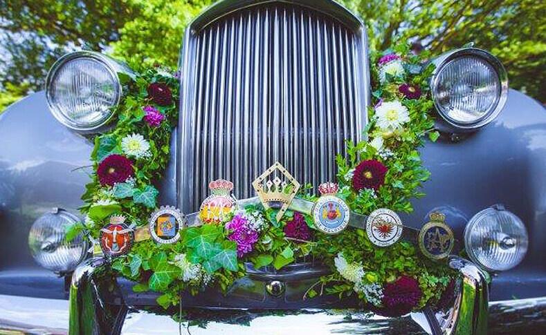 Hochzeit Julia und Patrick Dekoration am Auto