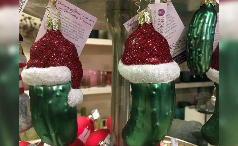 Weihnachtsgurke mit Mütze